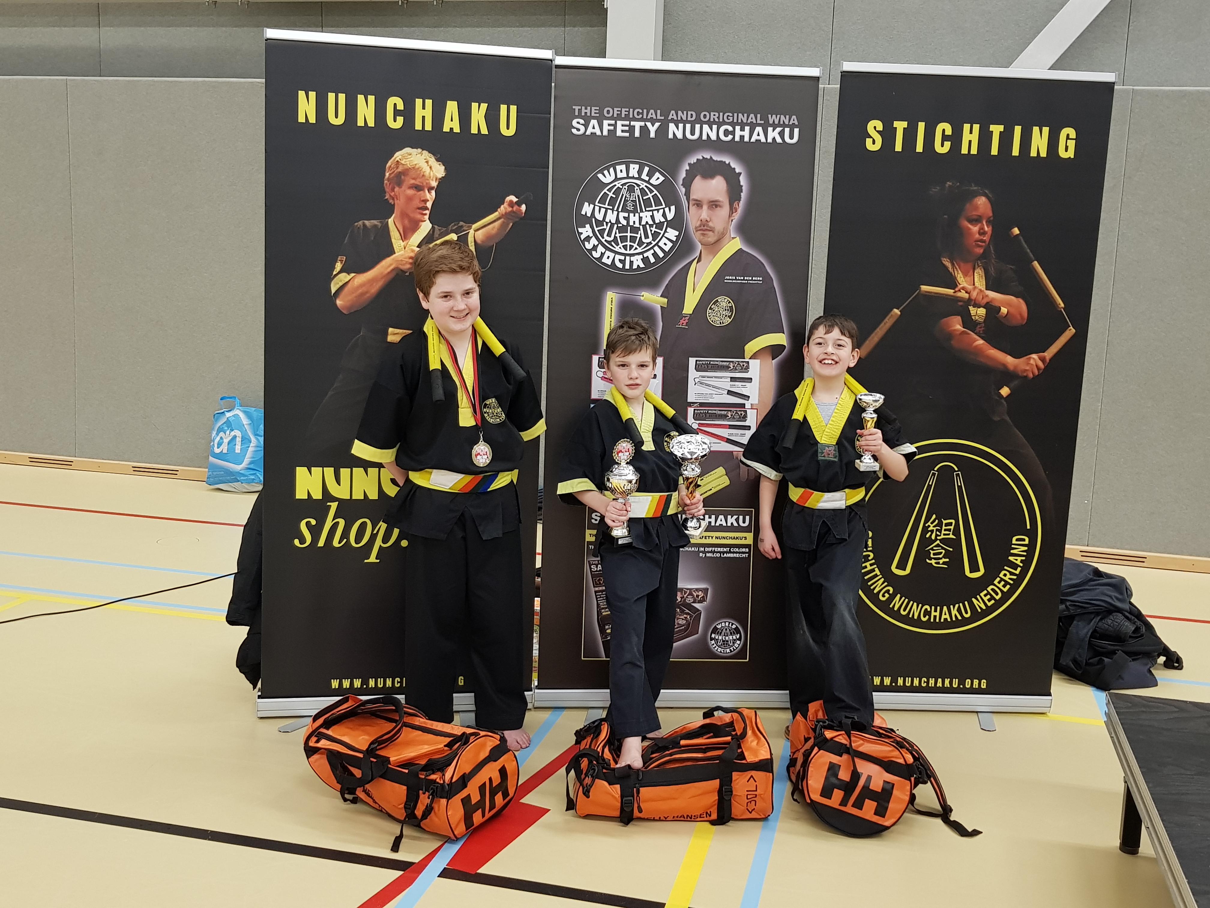 Groepsfoto met onze kampioenen en de mooie gesponsorde sporttassen van Helly Hansen!